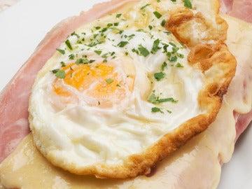 Tosta de jamón, queso y huevo