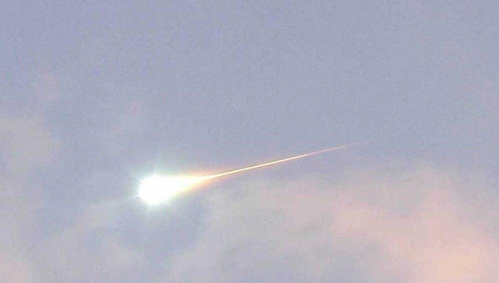 Fragmento de un cometa entrando en la atmosfera