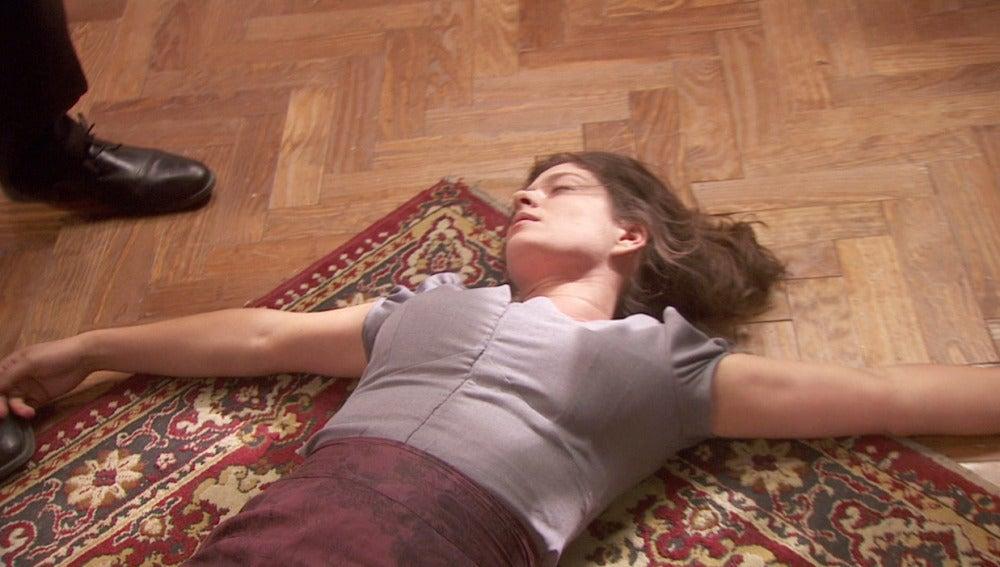 Arsenio golpea a Candela y la deja inconsciente