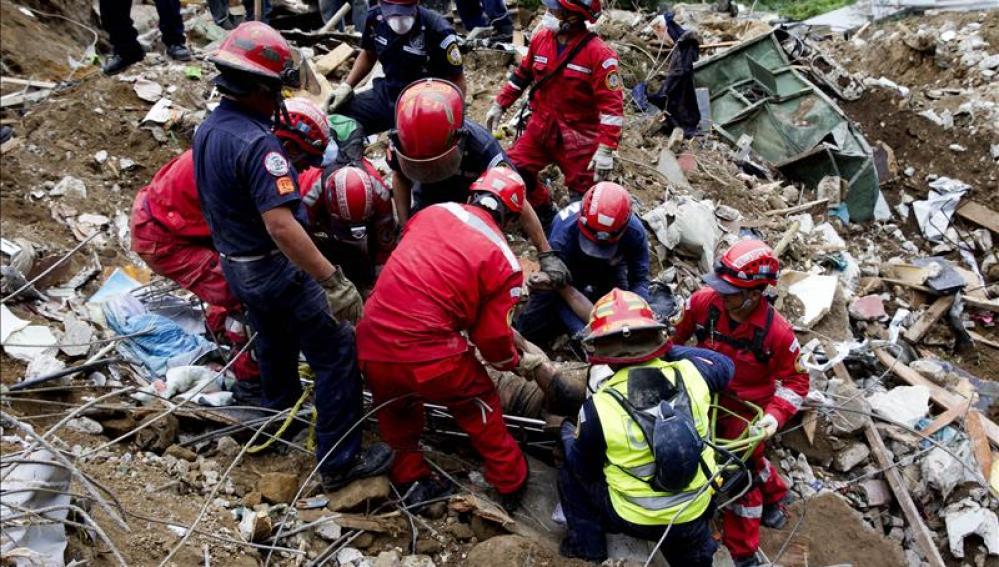 Los equipos de rescate han paralizado la búsqueda debido a las malas condiciones del terreno