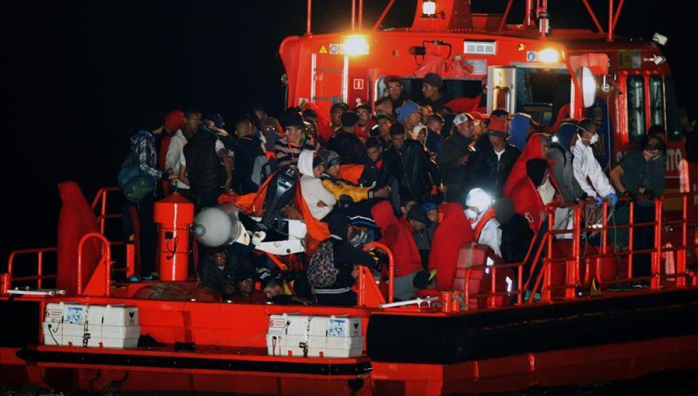 Llegada de los inmigrantes al puerto de Almería