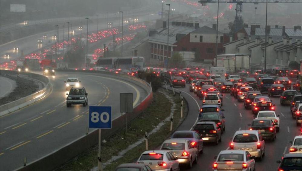 Colisiones y lluvia causan grandes atascos en el norte de la ciudad de Madrid