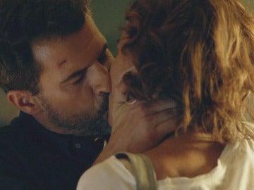 Héctor y Marta se besan