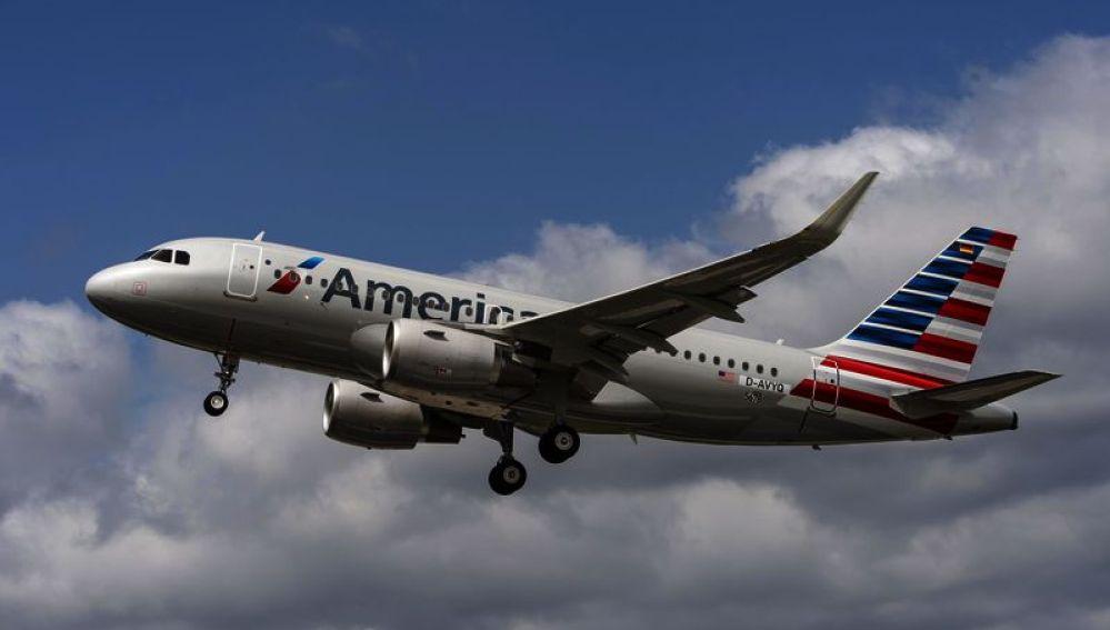 Hallan feto en un avión de American Airlines