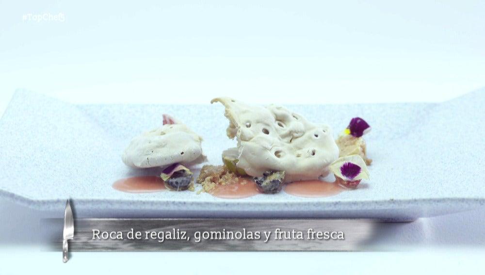 Roca de regaliz, gominolas y fruta fresca