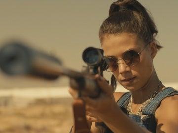Pilar apunta con un arma