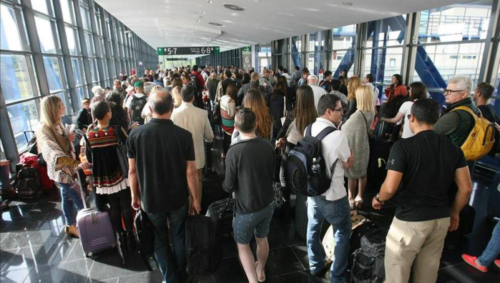 Gente esperando por el corte de Renfe
