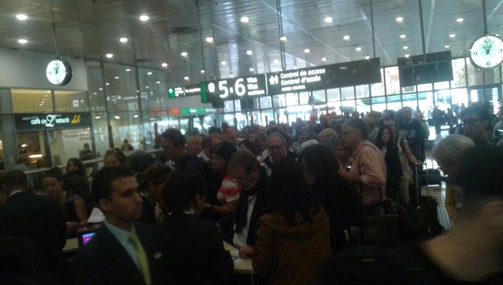 Gente esperando en la estación de tren