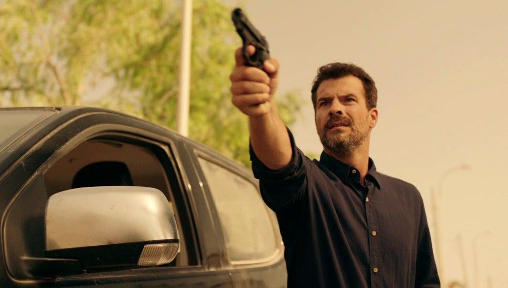 Héctor apunta con la pistola