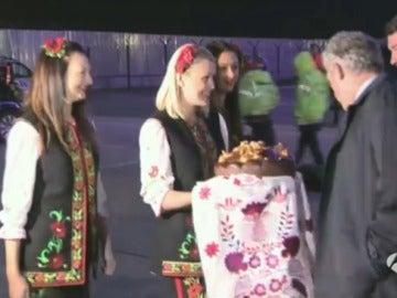 Azafatas ucranianas regalan un pastel a Ángel María Villar