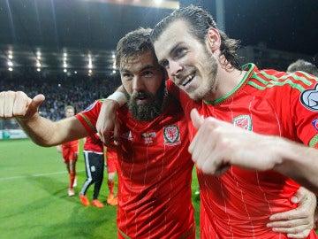 Gareth Bale y Joe Ledley celebran el pase de Gales a la Eurocopa
