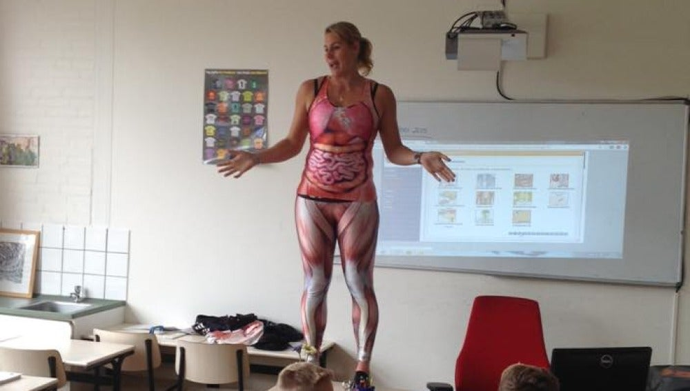 Una Profesora Se Desnuda En Clase Para Dar Una Lección Sobre