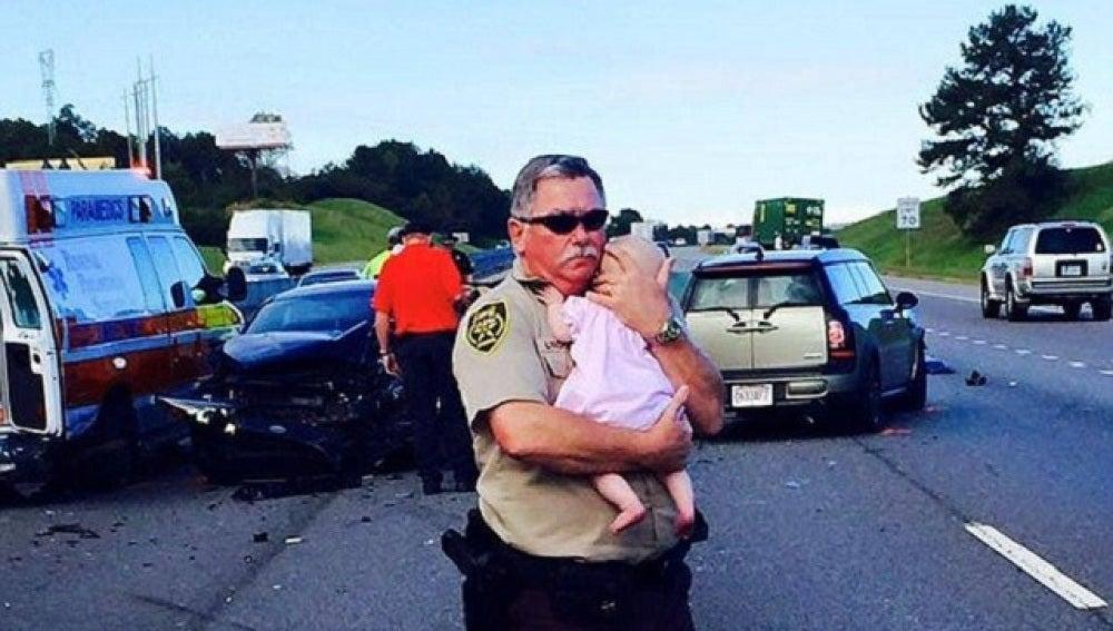 El sheriff de Leeds consolando a un bebé tras un accidente