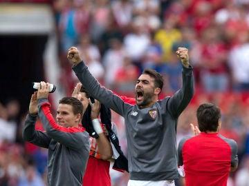 Iborra celebra una victoria del Sevilla