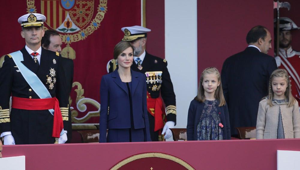 Los Reyes junto a sus hijas en el Día de la Hispanidad