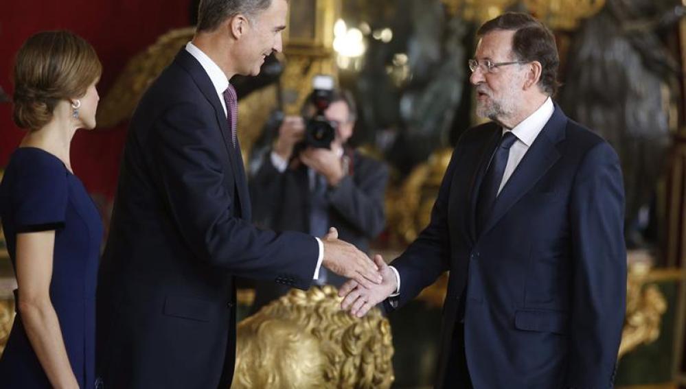 Felipe VI recepciona a Mariano Rajoy en el Palacio Real