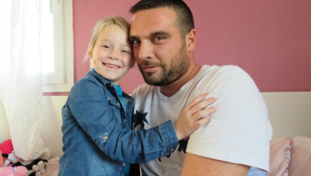 La pequeña Naëlle Dupré y su padre, Jonathan, posan ante la prensa local