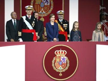 Los Reyes acompañados de sus hijas presiden el Desfile