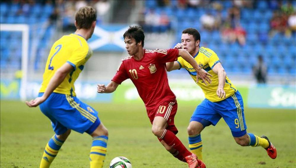 Óliver conduce el balón en el partido ante Suecia