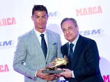 Florentino posa junto a Cristiano Ronaldo y su Bota de Oro