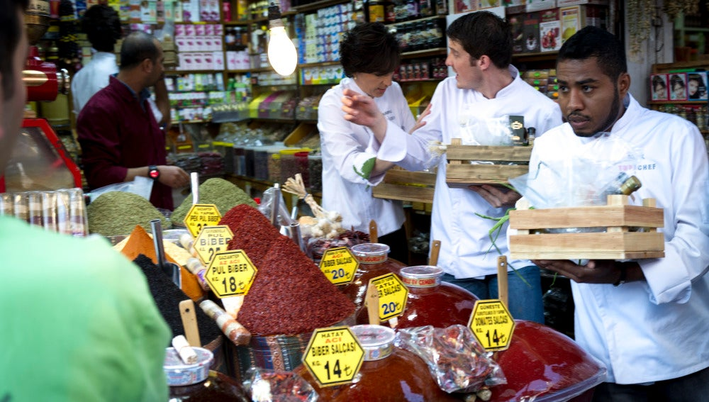 Quince minutos para comprar en el mercado de las especias de Estambul