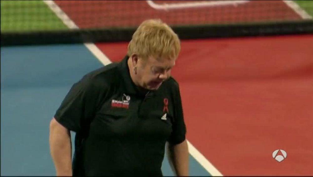 Elton John jugando al tenis