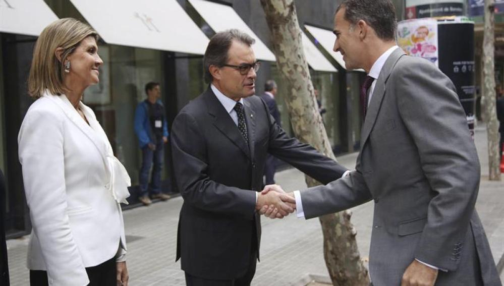 El Rey Felipe VI saluda con Artur Mas