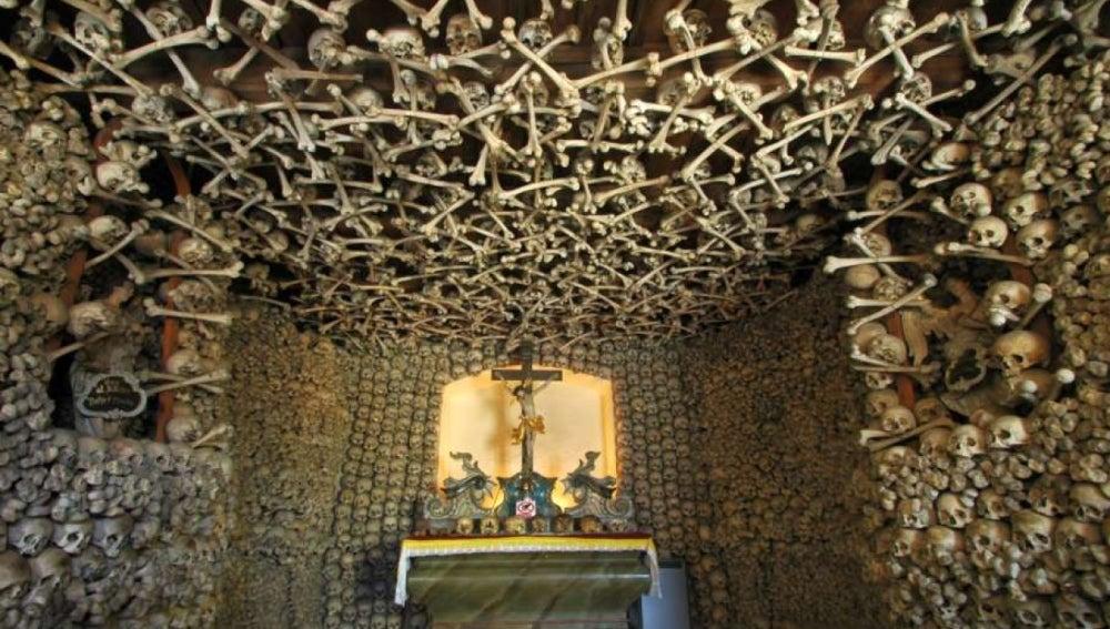 Altar de las catacumbas de París.