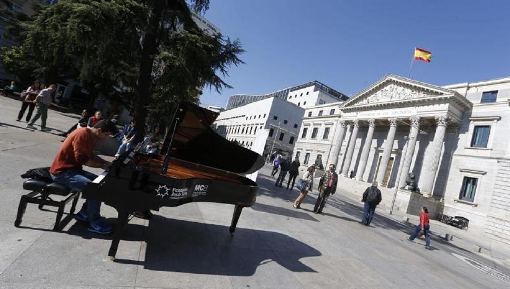 Un piano instalado frente al Congreso de los Diputados.