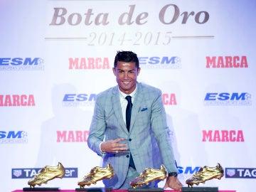 Cristiano Ronaldo posa con sus cuatro Botas de Oro