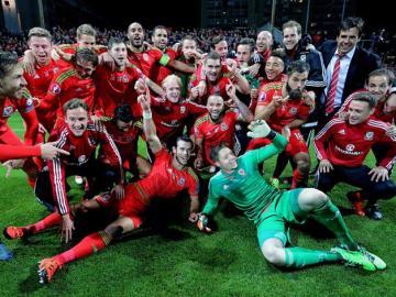 Los jugadores de Gales celebran su clasificación para la Eurocopa 2016