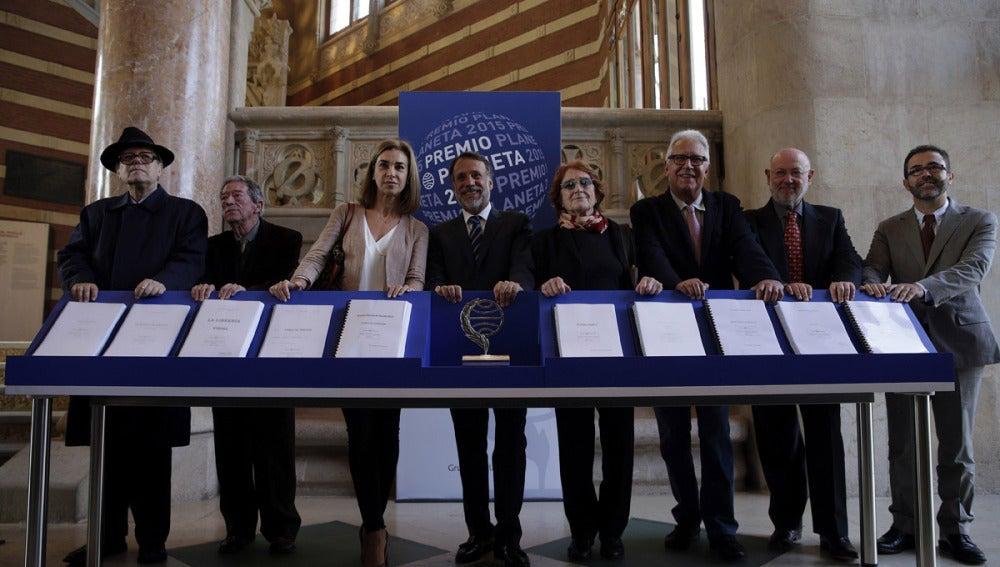El presidente del grupo Planeta junto a los miembros del jurado