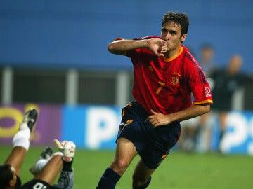 Raúl González celebra un gol con la Selección