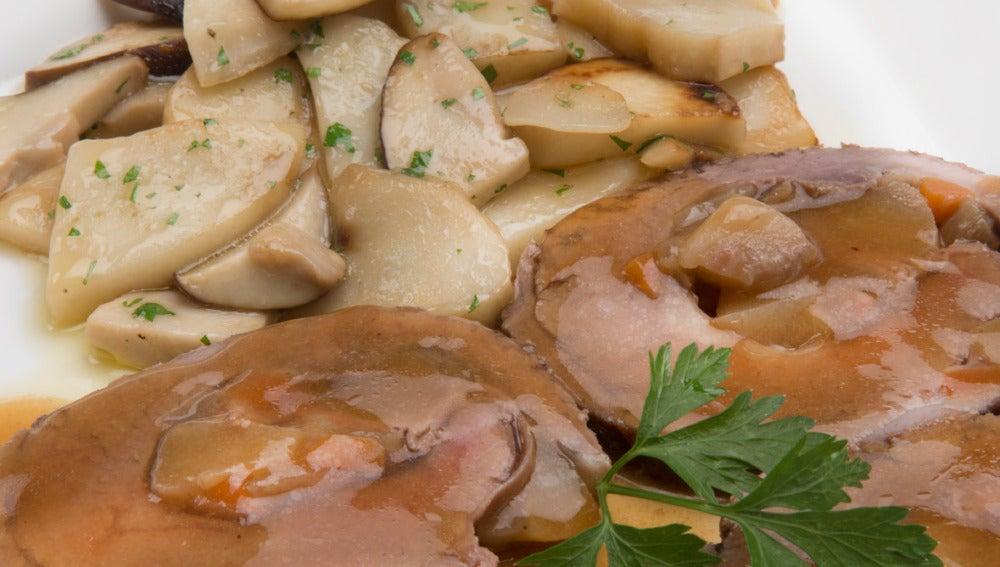 Aleta rellena de jamón y peras con hongos