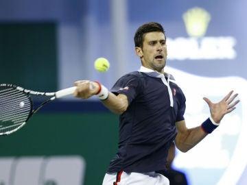 Djokovic golpea una pelota en Shanghái