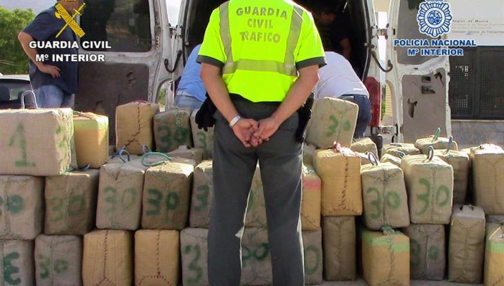 Un guardia civil, frente a fardos de hachís intervenidos