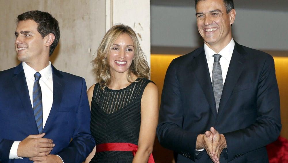 Albert Rivera y su pareja con Pedro Sánchez