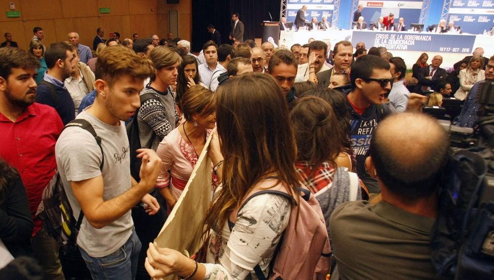 Estudiantes se manifiestan contra Felipe González