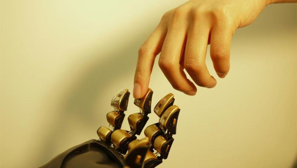 """Una mano robótica cubierta por una especie de """"piel"""" artificial  capaz de sentir"""