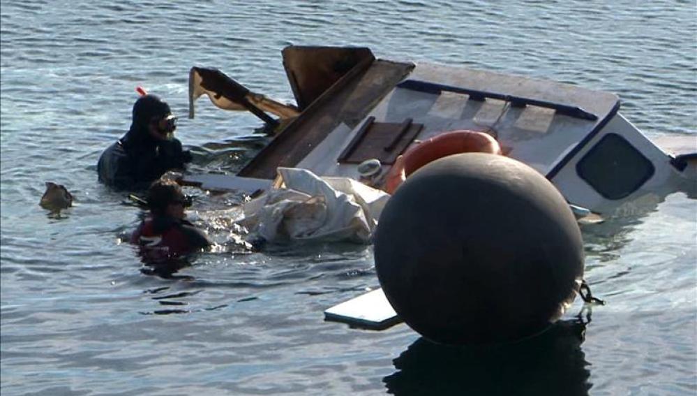 La guardia costera durante las maniobras de rescate
