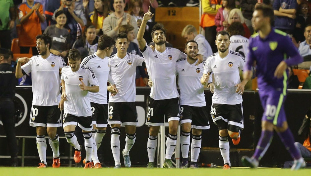 Los jugadores del Valencia celebran un gol ante el Málaga