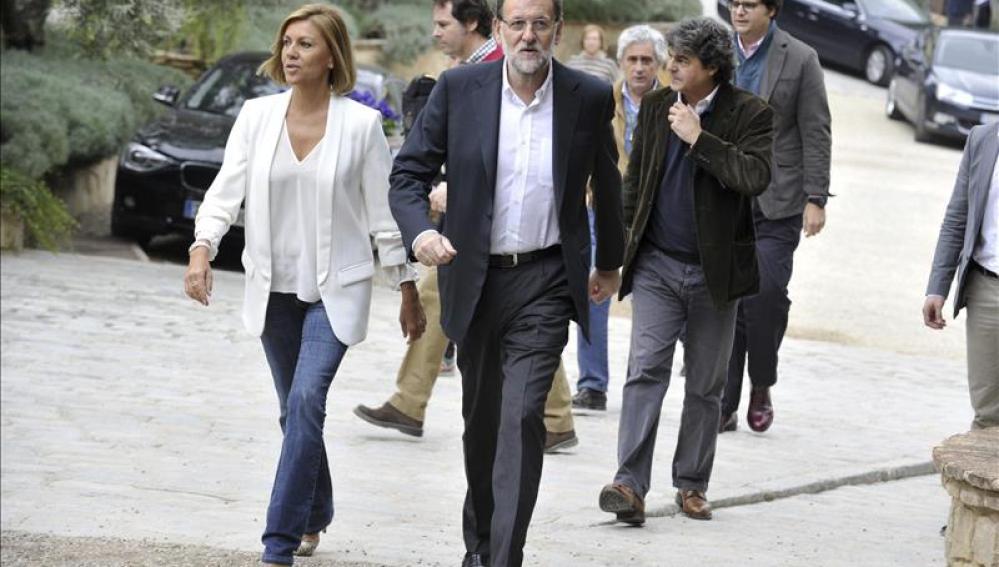 El presidente del Gobierno, Mariano Rajoy, junto a la secretaria general del PP, Dolores de Cospedal