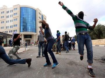 Manifestantes palestinos se enfrentan al ejército israelí