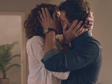 Marta y Héctor se besan