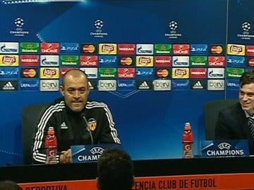 Nuno y su traductor, durante la rueda de prensa
