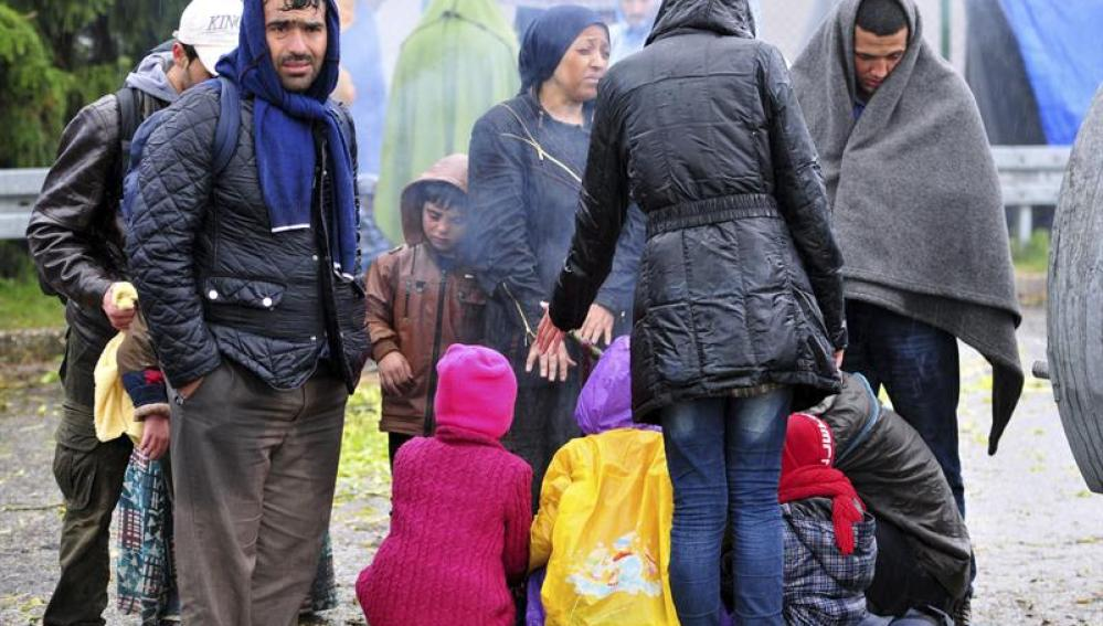 Refugiados esperan bajo la lluvia en la frontera entre Croacia y Eslovenia