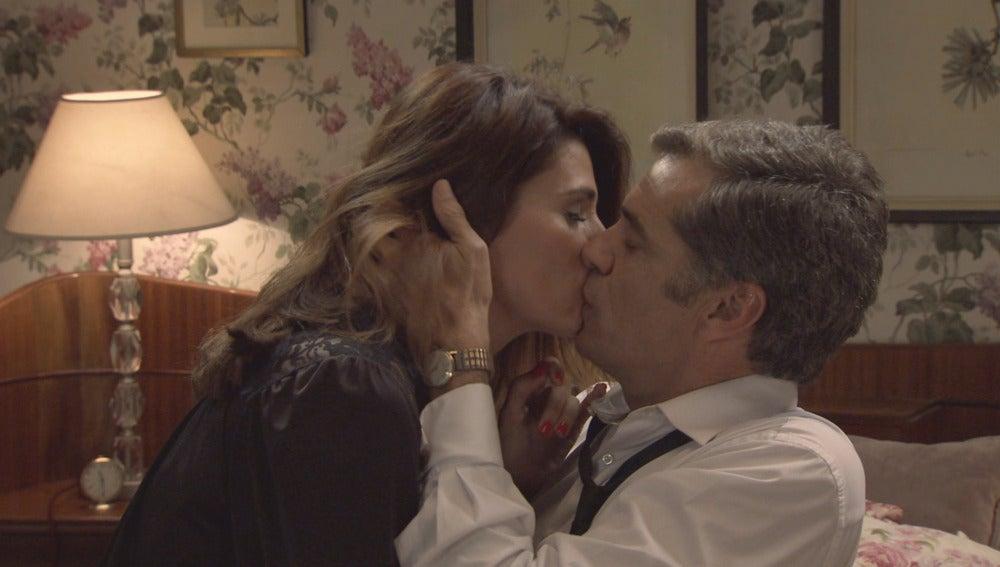 Adela y Eugenio viven por fin su primera noche de pasión