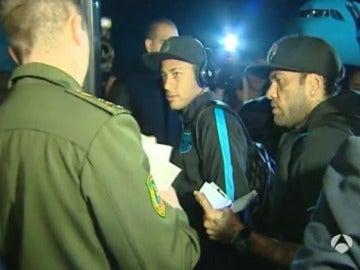 Neymar y Alves pasan el control de pasaportes