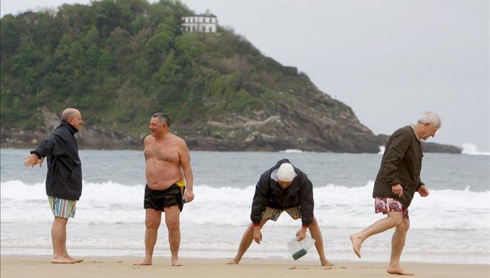 Un grupo de jubilados disfrutra de la playa de la Concha de San Sebastián
