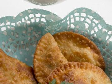 Empanadillas de la huerta con salsa de queso